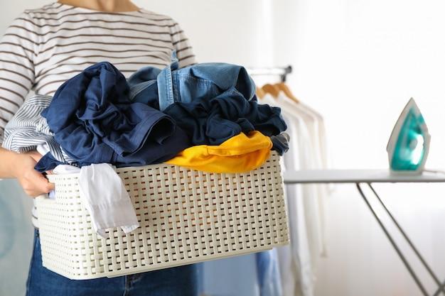 Jeune Femme Tenir Le Panier Avec Des Vêtements Sales, Photo Premium
