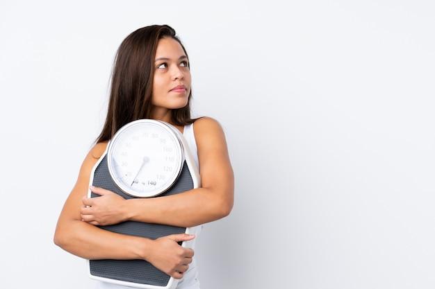 Jeune, Femme, Tenue, échelle, Isolé, Mur Photo Premium