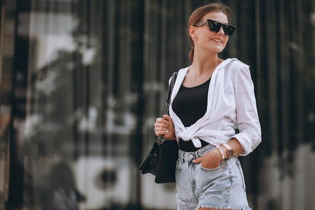 Jeune femme en tenue d'été en ville Photo gratuit