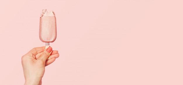 Jeune femme, tenue, glace rose Photo Premium