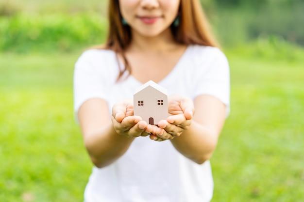 Jeune Femme, Tenue, Modèle Maison Bois Photo Premium