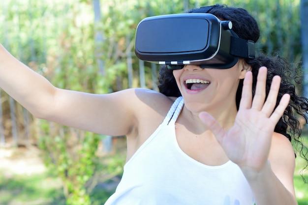 Jeune femme teste des lunettes de réalité virtuelle. Photo Premium