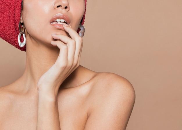 Jeune Femme Toucher Ses Lèvres Photo gratuit