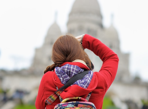 Jeune femme touriste prenant photo de la cathédrale du sacré-cœur, paris, france Photo Premium