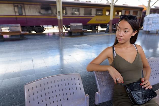 Jeune Femme Touristique à La Découverte De La Ville De Bangkok à La Gare Photo Premium