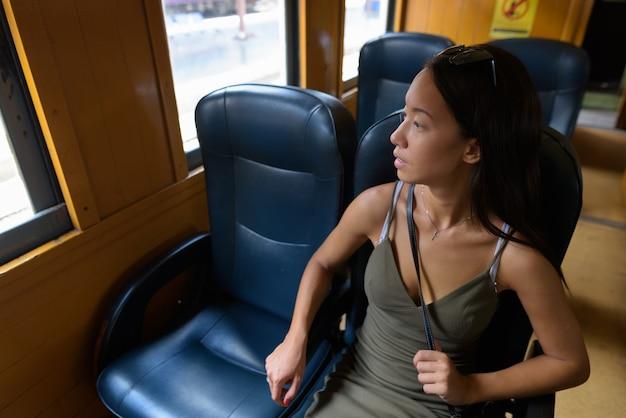 Jeune Femme Touristique à La Découverte De La Ville De Bangkok Avec Train Photo Premium