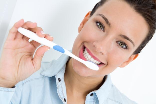 Jeune Femme En Train De Prendre Ses Dents Photo gratuit