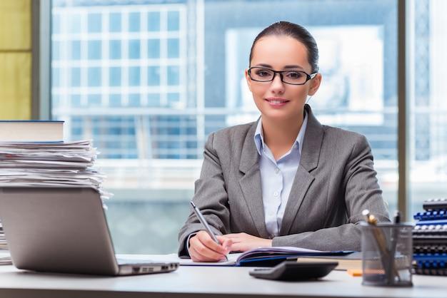 Jeune femme travaillant au bureau Photo Premium