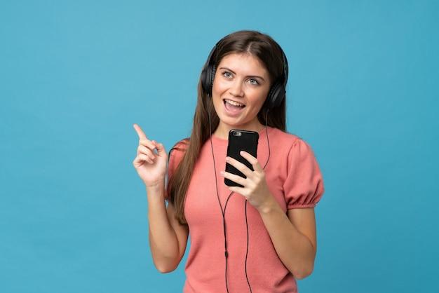 Jeune femme, utilisation, mobile, écouteurs, chanter Photo Premium