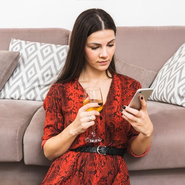 Jeune Femme, Utilisation, Smart Phone, Tenue, Verre Vin, Main Photo gratuit