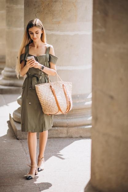 Jeune femme, utilisation, téléphone, vieux bâtiment Photo gratuit