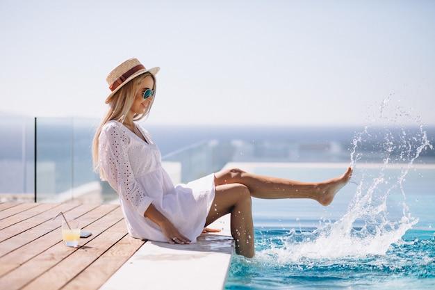 Jeune Femme En Vacances Au Bord De La Piscine Photo gratuit