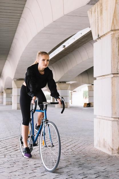Jeune femme à vélo Photo gratuit