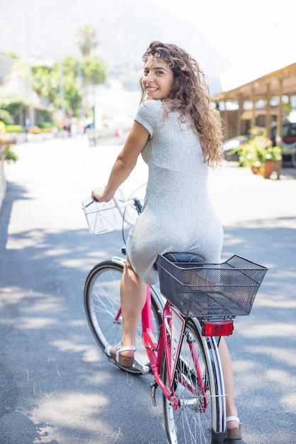 Jeune femme, vélo Photo gratuit