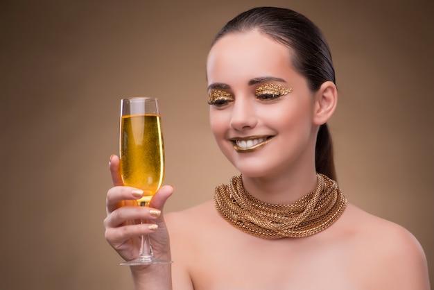 Jeune femme avec verre champagne Photo Premium