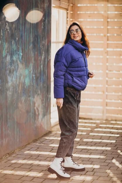 Jeune Femme En Veste Bleue à L'extérieur Dans Le Parc Photo gratuit