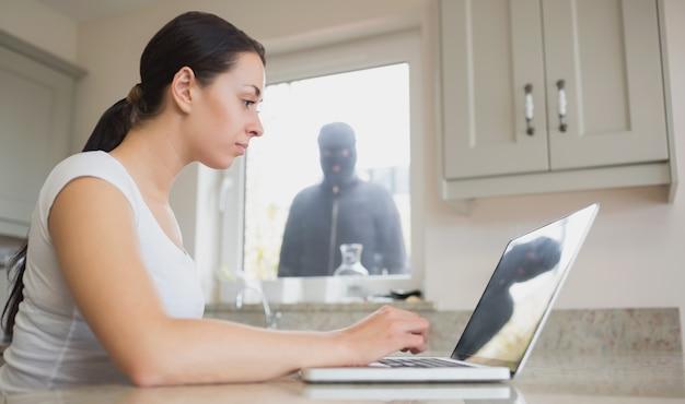 Jeune femme, voir, reflet, de, voleur Photo Premium