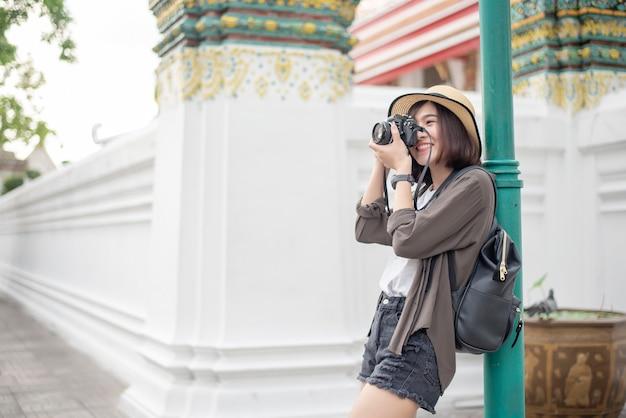 Jeune femme de voyage asiatique profite avec bel endroit à bangkok Photo Premium