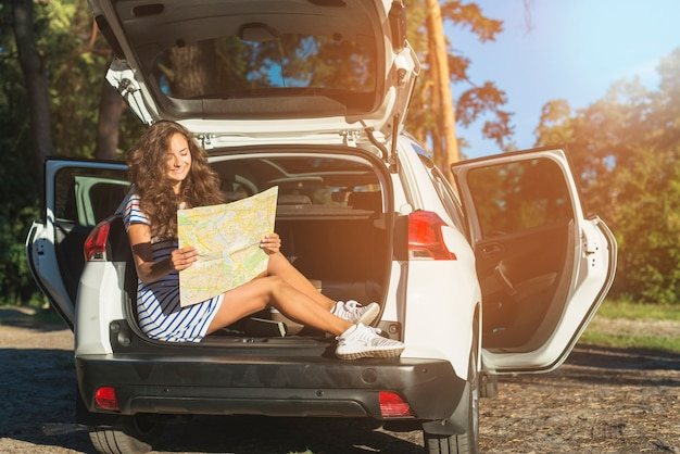 Jeune femme en voyage en voiture Photo gratuit