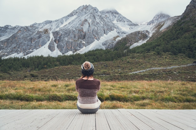Jeune femme voyageur assis et regardant beau paysage et se sentir seul, concept de style de vie voyage Photo Premium