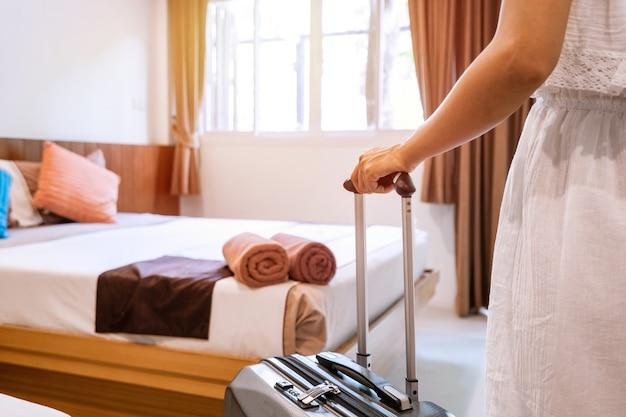 Jeune Femme Voyageur Avec Bagages Dans La Chambre D'hôtel En Vacances D'été Photo Premium