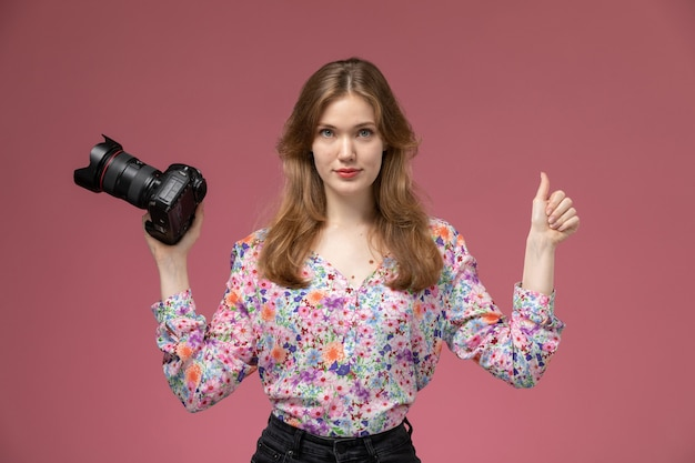 La Jeune Femme Vue De Face Montre Que Tout Va Bien à Propos De La Photocaméra Photo gratuit
