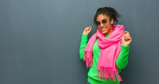 Jeune fille afro-américaine aux yeux bleus danser et s'amuser Photo Premium