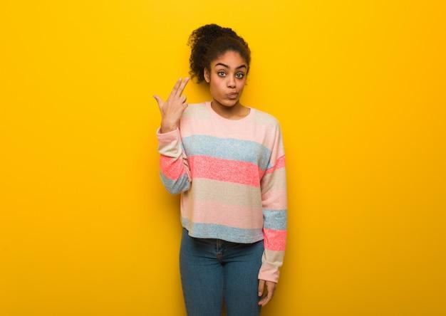 Jeune Fille Afro-américaine Noire Aux Yeux Bleus Fait Un Geste De Suicide Photo Premium