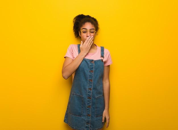Jeune fille afro-américaine noire aux yeux bleus fatiguée et très fatiguée Photo Premium
