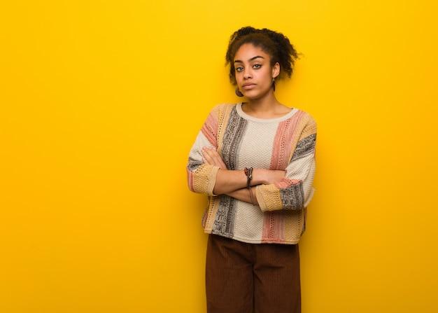Jeune fille afro-américaine noire aux yeux bleus, regardant droit devant Photo Premium