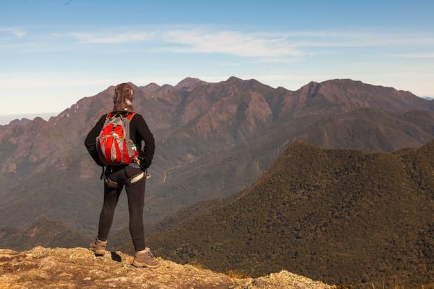 Jeune Fille, Apprécier, Vue, Depuis, Sommet Montagne Photo Premium