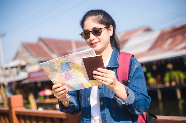 Jeune fille asiatique marchant au marché flottant de dumonoe saduak, thaïlande Photo Premium