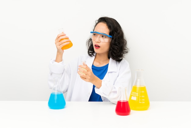 Jeune fille asiatique scientifique Photo Premium