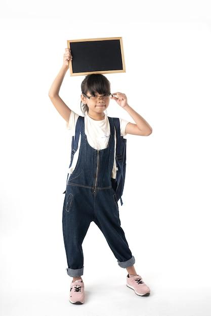 Jeune fille asiatique tenant un tableau avec espace copie isolé sur fond blanc Photo Premium