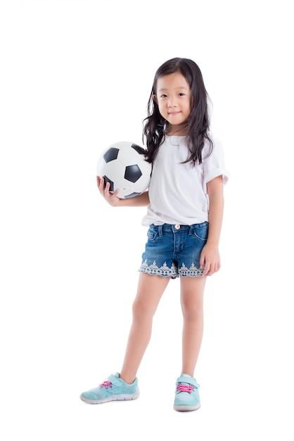 Jeune fille asiatique tient le ballon et sourit sur fond blanc Photo Premium