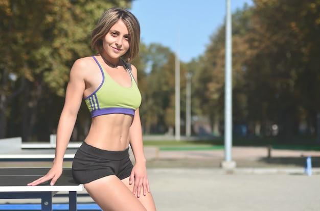 Une jeune fille athlète caucasienne dans un vêtement de sport vert vif Photo Premium