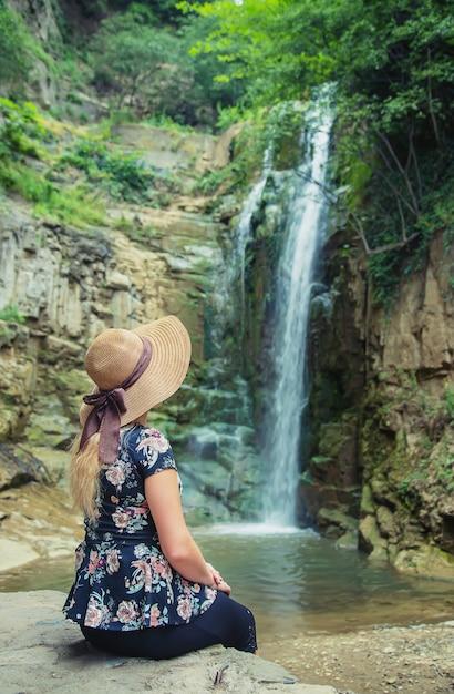 La jeune fille au chapeau regarde les vues de la géorgie tbilissi. Photo Premium