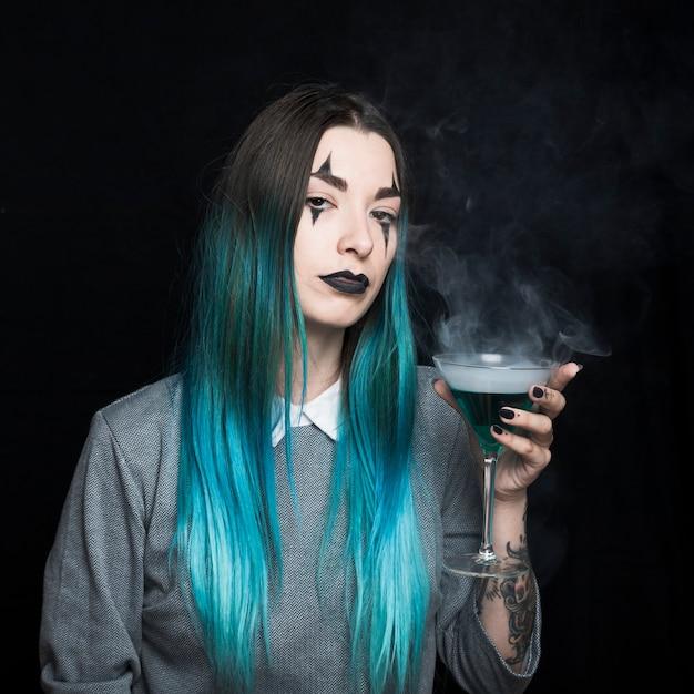 Jeune fille au maquillage effrayant et aux cheveux d'azur Photo gratuit