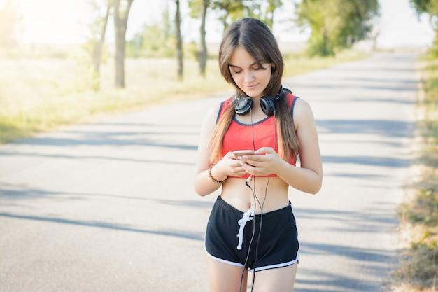Jeune, fille, avoir, petit, pause, matin, fonctionnement, courant, séance Photo Premium