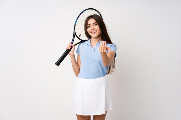 Jeune fille, sur, blanc, mur blanc, jouer tennis, et, venir, geste Photo Premium