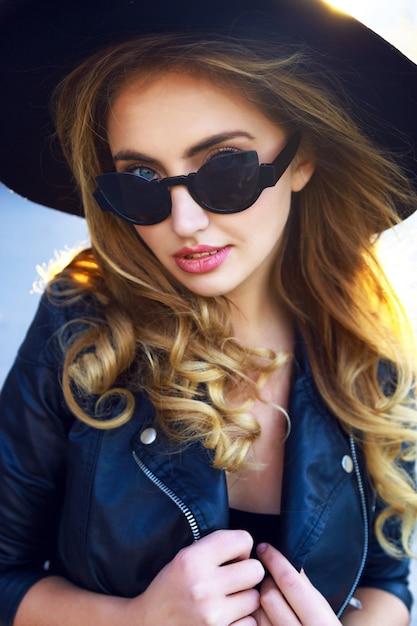 Jeune Fille Blonde Sensuelle Assez élégante, Avec De Longs Poils Bouclés Incroyables Photo gratuit