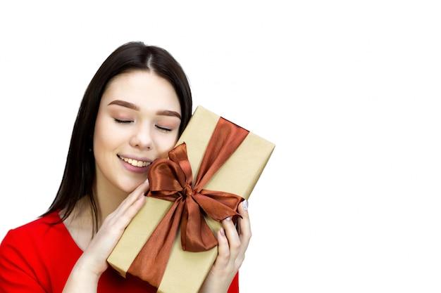 Jeune Fille Avec Une Boîte Cadeau Avec Noeud Marron Photo Premium