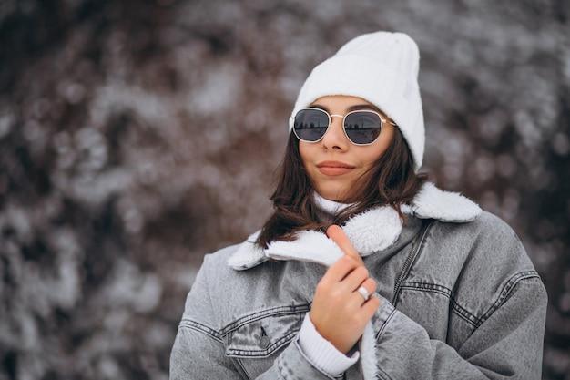 Jeune fille branchée dans un parc d'hiver Photo gratuit