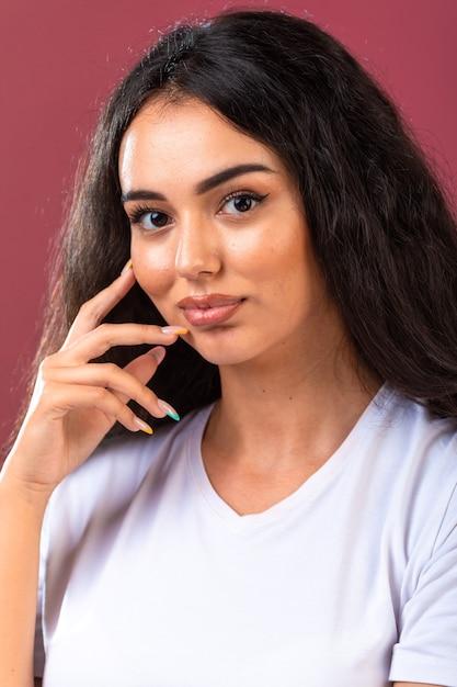 Jeune Fille Brune Faisant La Promotion Du Style Et Des Coiffures De Maquillage D'automne Photo gratuit