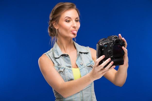 Jeune fille avec caméra en main Photo Premium