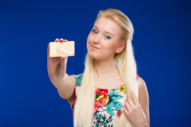 Jeune fille avec une carte de crédit en bref Photo Premium