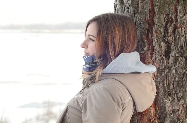 Une jeune fille caucasienne dans un manteau brun Photo Premium