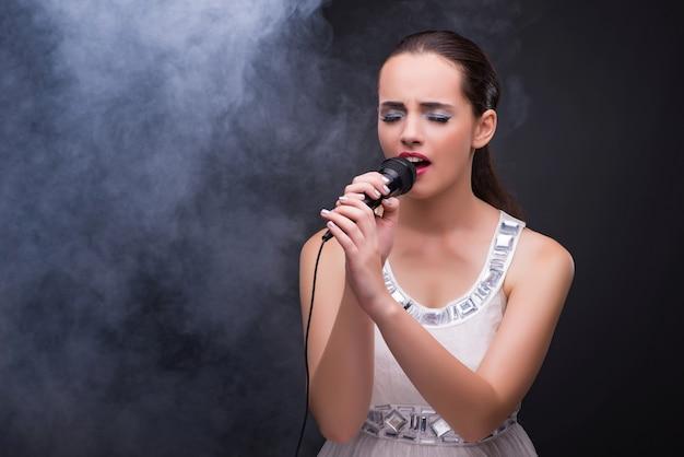 Jeune fille chantant dans un club de karaoké Photo Premium