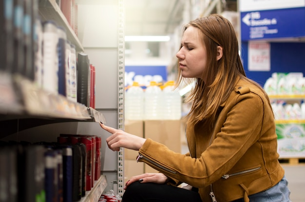 Une Jeune Fille En Choisissant Des Produits Dans Un Supermarché Photo Premium
