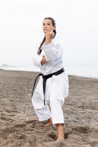 Jeune fille en costume de karaté Photo gratuit